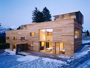 Holzhaus bei Nacht